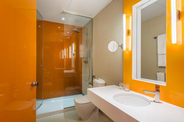 bathroom-deluxe-roommate-oscar-madrid