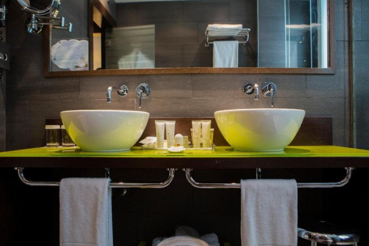 bathroom-standar-room-centrum-vincci-hotel-madrid1