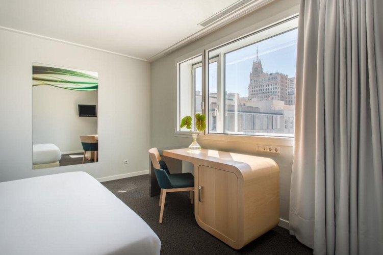desk-deluxe-room-mete-oscar-madrid